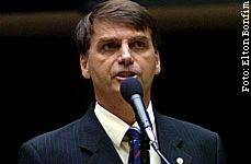 Jair Bolsonaro diz que não quer reduzir salários de ninguém, mas corrigir distorções.