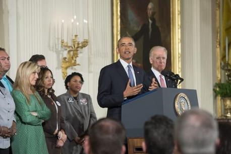 Barack Obama, ao lado vice-presidente Joe Biden e de pessoas atingidas pela violência armada, anuncia, no Salão Leste da Casa Branca, ações do Executivo para reduzir a violência armadaEPA/Michael Reynolds/Agência Lusa