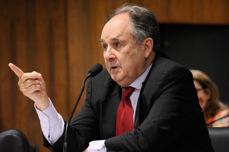 Cristovam é o autor do projeto, que tramita na Comissão de Constituição e Justiça