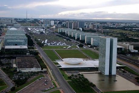 O reajuste dos servidores civis será de 10,8% dividido em dois anos, e o dos ocupantes de carreiras de Estado, que exercem atividades típicas do poder estatal, de 27,9%, em quatro anos Arquivo/Agência Brasil